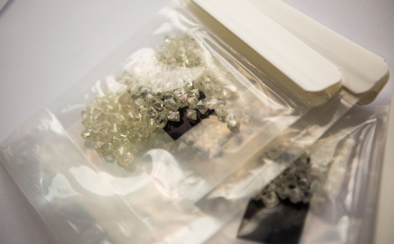 De Beers decides on fixed-price forward contracts